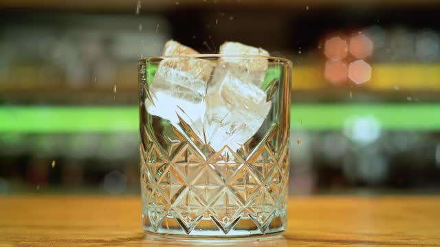 vídeos de stock e filmes b-roll de slo mo ds ice cubes falling into a rocks glass - plano charriot