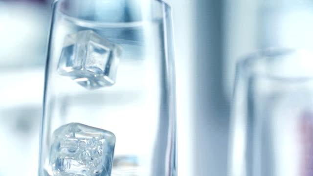 vidéos et rushes de cubes de glace tomber dans le verre - glaçon