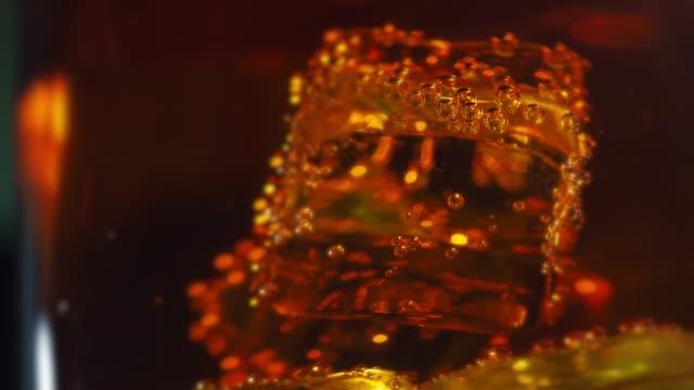 vidéos et rushes de des glaçons dans le verre de whisky et soda - glaçon