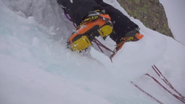 vídeos y material grabado en eventos de stock de ice falling down duringa climb ice wall - human foot