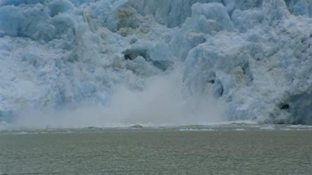 ws zi zo pan ice falling from tracy arm glacier into fjord / alaska, usa - アラスカ点の映像素材/bロール