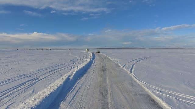vidéos et rushes de ice fishing scenes - ligne d'horizon au dessus de la terre