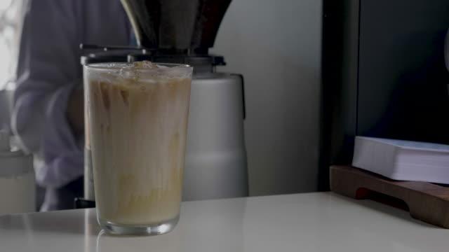 vídeos de stock, filmes e b-roll de latte gelado - xarope