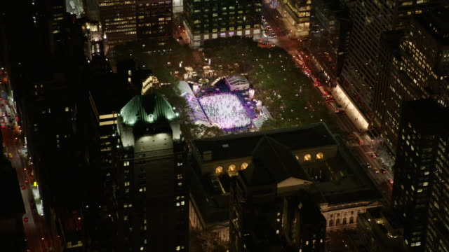 usa, nyc: ice rink by night - panoramica video stock e b–roll