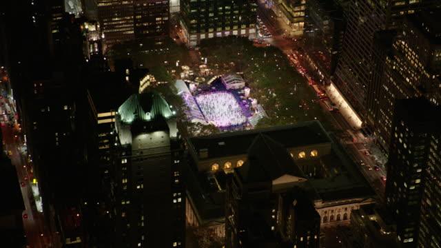USA, NYC: Ice rink by night
