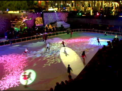 ice skaters at the 74th annual rockefeller center christmas tree lighting ceremony at rockefeller center in new york, new york on november 29, 2006. - illuminazione dell'albero di natale del rockefeller center video stock e b–roll