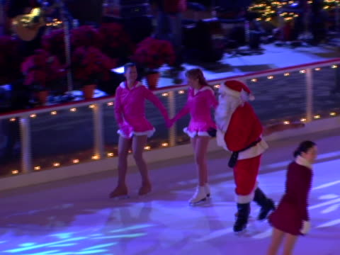 ice skaters at the 74th annual rockefeller center christmas tree lighting ceremony at rockefeller center in new york city new york - クリスマスツリー点灯式点の映像素材/bロール