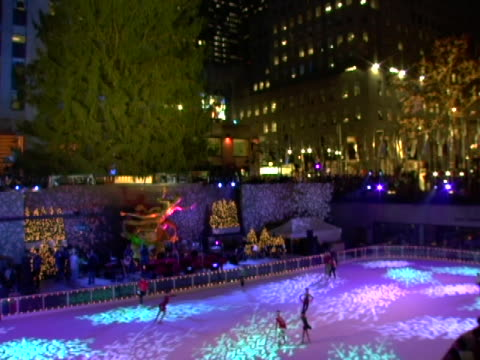 vídeos de stock e filmes b-roll de ice skaters at the 74th annual rockefeller center christmas tree lighting ceremony at rockefeller center in new york city new york - atlântico central eua