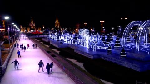 stockvideo's en b-roll-footage met ice skaters in moskou op vdnkh - moscow russia