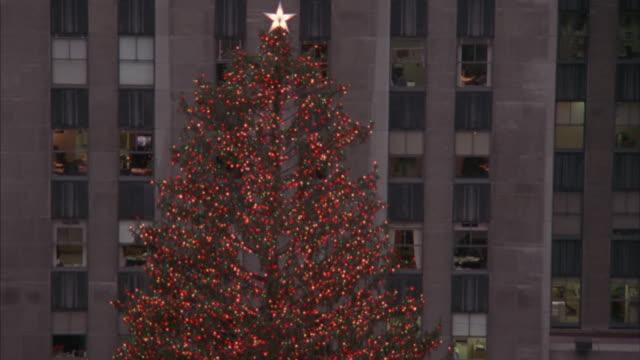 vídeos y material grabado en eventos de stock de ice skaters skate in front of the christmas tree at rockefeller center. - árbol de navidad del centro rockefeller
