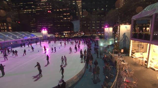 vídeos de stock e filmes b-roll de ice skating at the broadway dreams foundation champagne and caroling gala arrivals at celsius on december 10 2012 in new york new york - aparelhagem de áudio