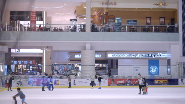 vídeos de stock, filmes e b-roll de ice skating in dubai mall - pista de patinação no gelo