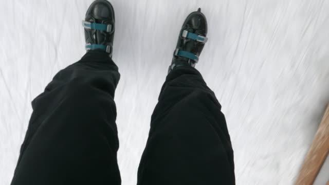 pov, skridskoåkning på en ishall. - skridskoåkning bildbanksvideor och videomaterial från bakom kulisserna
