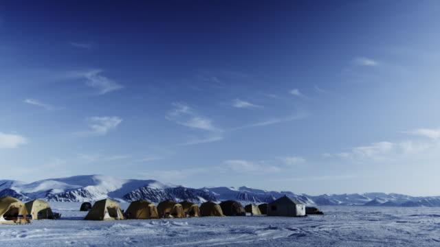 vídeos de stock e filmes b-roll de ws ice snow mountains tundra base camp tent / antarctica - acampamento base