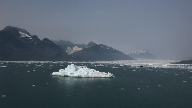 vídeos de stock e filmes b-roll de iceberg and columbia glacier, alaska - gelo picado