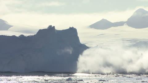 vídeos de stock e filmes b-roll de icebergue a estoirar - ártico