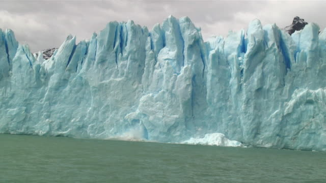 ws iceberg falling into water / perito moreno glacier, argentina - melting stock videos & royalty-free footage