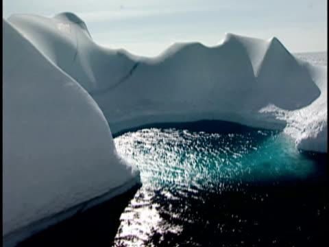 vidéos et rushes de pov, cs, iceberg in pack ice, canada - iceberg bloc de glace