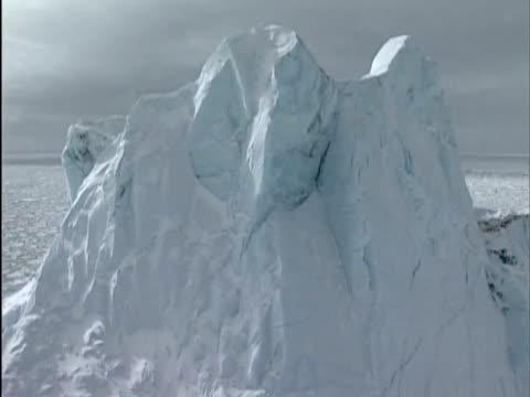 vidéos et rushes de low aerial, iceberg in pack ice, canada - iceberg bloc de glace