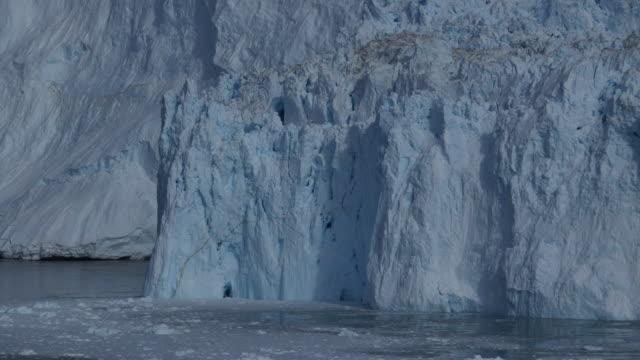 vidéos et rushes de gros iceberg en eau - tsunami