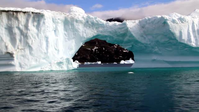 """iceberg with arch, greenland"" - arktis stock-videos und b-roll-filmmaterial"