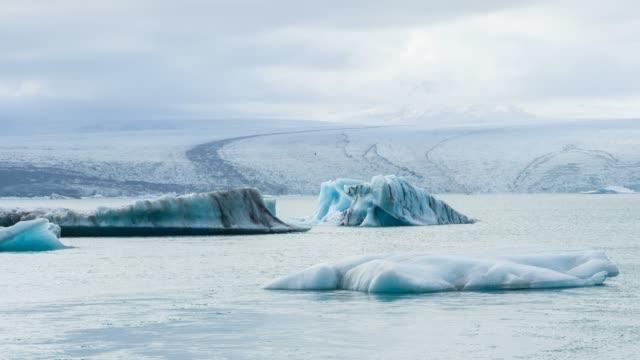 アイスランドの手配ラグーンに浮かぶ vatnajokull 氷河から氷山 - 氷山点の映像素材/bロール