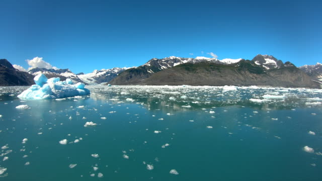 icebergs floating alaskan turquoise colored ocean pacific northwest - pacific war stock-videos und b-roll-filmmaterial