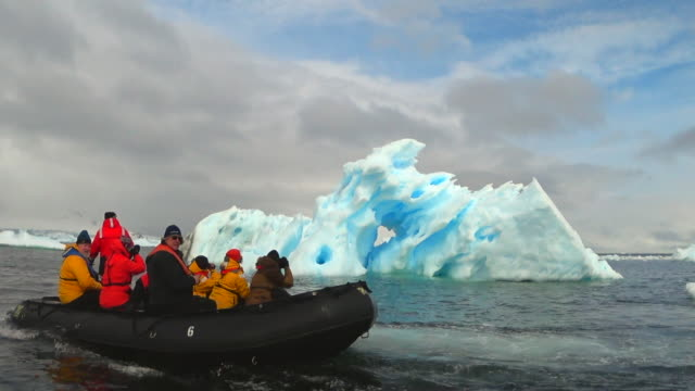 icebergs in andvors bay, zodiac cruising near, antarctic peninsula, southern ocean - antarctic peninsula stock videos & royalty-free footage