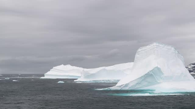 icebergs in sea, brown bluff, antarctic peninsula, antarctica - antarctic peninsula stock videos & royalty-free footage