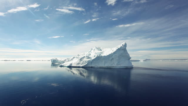 vídeos de stock, filmes e b-roll de icebergs in the antarctic sound - pólo sul