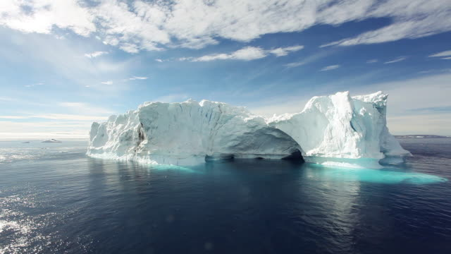 icebergs in the antarctic sound - 氷山点の映像素材/bロール