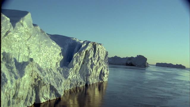 stockvideo's en b-roll-footage met aerial icebergs, ocean, and floe ice - vignettering