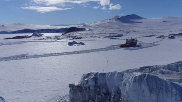 vidéos et rushes de icebreaker in the middle of a glacier / antarctica - pôle sud
