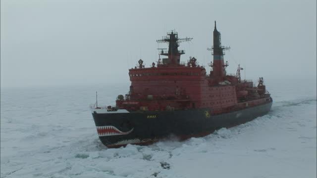 vidéos et rushes de ws ice-breaker moving through ice/ north pole - arctique