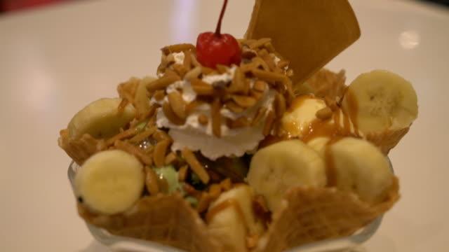 ワッフルとホイップクリームのアイスクリーム - サンデー点の映像素材/bロール
