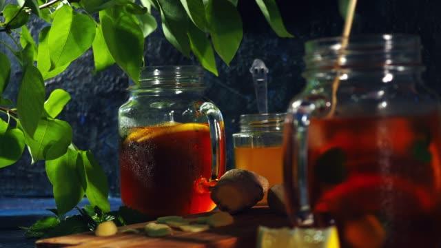 アイスティーにレモンとはちみつと生姜 - アイスティー点の映像素材/bロール