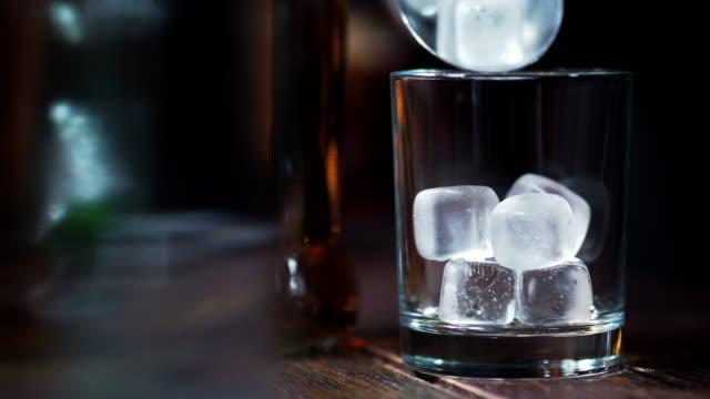 アイスウイスキー - アイスクリームスクープ点の映像素材/bロール