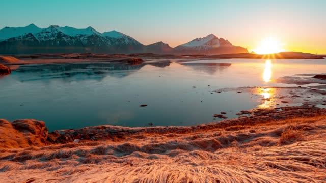 Islands vackra landskap vid Sol uppgången