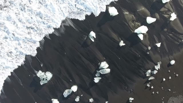 iceland from the sky : jokulsarlon - diamond beach - jokulsarlon stock-videos und b-roll-filmmaterial
