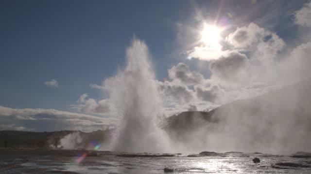 iceland geyser hot spring geysir - geysir stock-videos und b-roll-filmmaterial