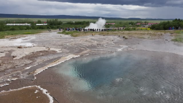 vídeos y material grabado en eventos de stock de iceland haukadalur geothermal steam from pool and geyser - punto de referencia natural