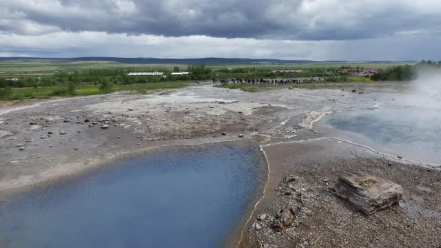 vídeos y material grabado en eventos de stock de iceland haukadalur geothermal valley with pools - punto de referencia natural