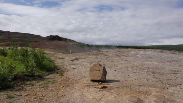 vídeos de stock, filmes e b-roll de iceland haukadalur sign for original geysir - islândia central