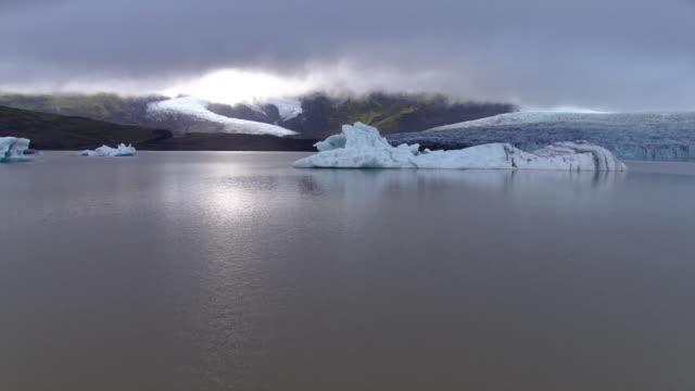 vídeos de stock, filmes e b-roll de iceland icebergs in water - países nórdicos