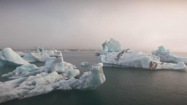 stockvideo's en b-roll-footage met iceland jökulsárlón iceberg lagoon iceland fpv drone 4k video jokulsarlon - ijsland