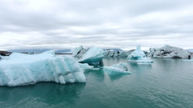 vídeos de stock, filmes e b-roll de lagoa de jokulsarlon de islândia - baixo posição