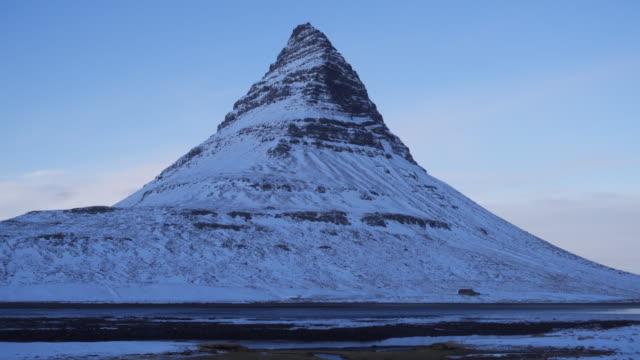 iceland kirkjufell mountain - snäfellsnes stock-videos und b-roll-filmmaterial