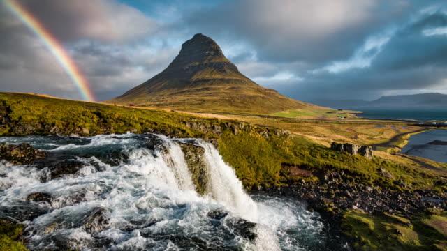 island landschaft im kirkjufell berg - stimmungsvoller himmel stock-videos und b-roll-filmmaterial