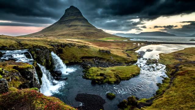 vídeos de stock, filmes e b-roll de paisagem da islândia kirkjufell vulcão - islândia