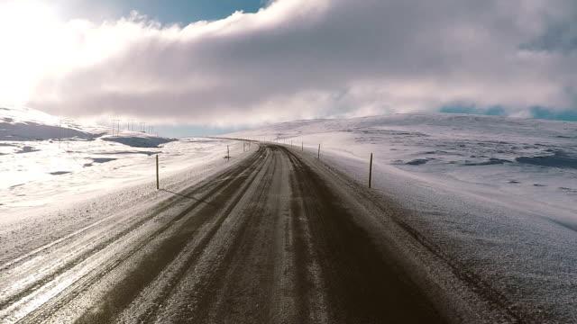 vídeos de stock, filmes e b-roll de viagem de carro de islândia roaming em uma estrada rural - condição natural